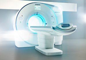 Mit Hilfe der Software syngo.CT Coronary Analysis kann nach dem Scan mit dem  Computer-Tomographen, z.B. dem Somatom Force, eine koronare Herzkrankheit in weniger als einer Minute ausgeschlossen werden oder, im Falle einer vorhandenen Gefäßverengung, diese quantifiziert und charakterisiert werden. So können durch genaue Diagnostik unnötige Eingriffe vermieden bzw. der Eingriff vorab sehr genau geplant werden. The software syngo.CT Coronary Analysis can rule out coronary heart disease in less than a minute after the scan with a CT such as the Somatom Force or, if there is narrowing of the arteries, this can help avoid unnecessary intervention or, if intervention is needed, it can be planned precisely in advance.